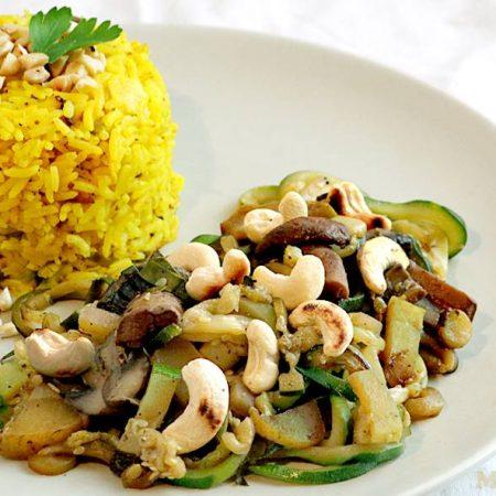 Riz jaune et légumes sautés aux noix de cajou