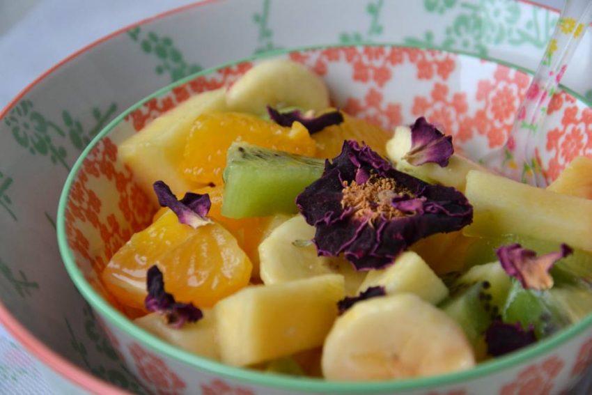 Salade de fruits d'hiver à l'hibiscus et à larose