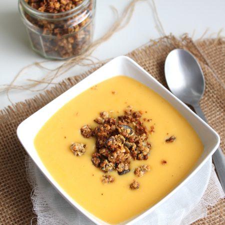 Soupe de courge butternut et cacahuètes, granola salé