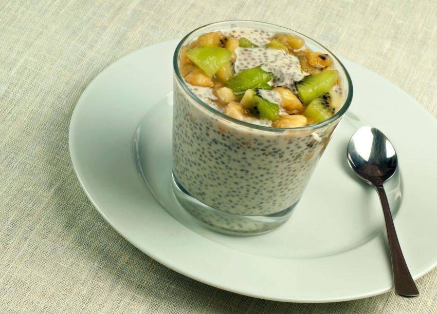 Pudding aux graines de chia, lait de coco, banane et kiwi