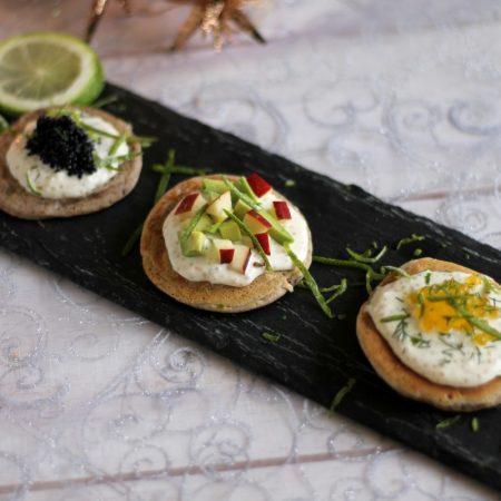 Blinis de sarrasin, caviar végétal, avocat et pomme