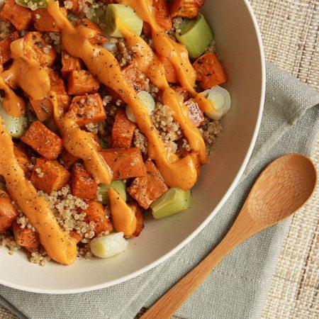 Veggie bowl quinoa, patate douce rôtie et poireau