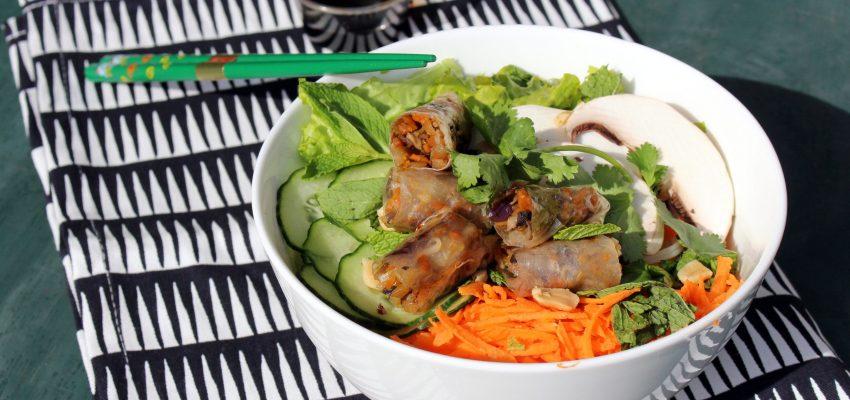Bo-bun aux légumes croquants, nems et sauce fumée