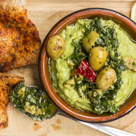 Avocats et pesto aux olives piquantes et croustilles de pita