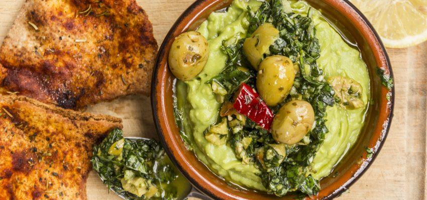 Avocats et pesto aux olives piquantes et croustilles depita