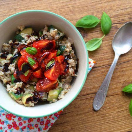 Porridge salé à la courgette, tomates cerises et basilic