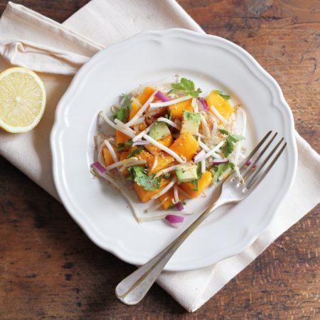 Salade épicée de mangue aux pousses de haricots mungo et à la coriandre