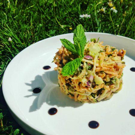 Salade de légumes croquants, sauce crémeuse sucrée salée