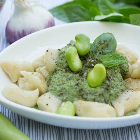 Gnocchi de pommes de terre au pesto de fèves et herbes d'été