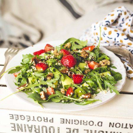 Salade de millet à l'avocat et aux fraises