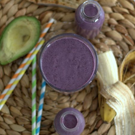 Smoothie fruits rouges, banane & avocat {vegan}