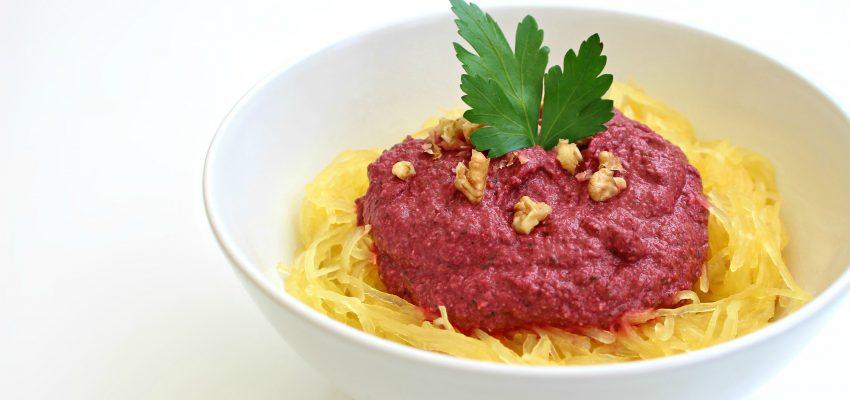 Courge spaghetti, sauce crémeuse betterave-noix