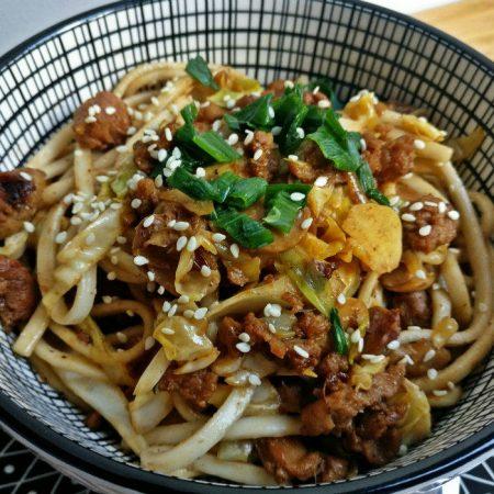 Udon sautés aux légumes et aux protéines de soja texturées