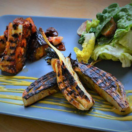 Côtes de fenouil grillées, ribs d'aubergines marinés et grillés à la sauce Nouvelle-Orléans