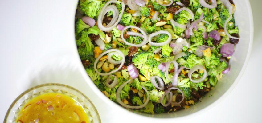Salade de brocoli cru et sa sauce échalote sucrée-salée