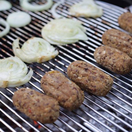 Saucisses végétales maison cuites au barbecue