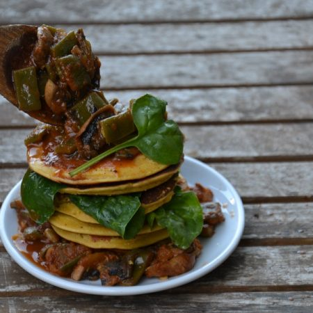 Pancakes salés servis avec un curry de légumes
